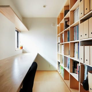 書斎/作り付けの戸棚に本や雑誌をタップリ収納できる書斎