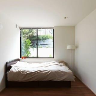 寝室/1階にある主寝室。白い壁に光が反射して明るい印象