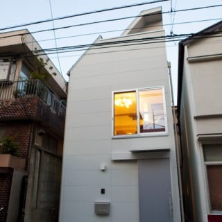 敷地を最大限に生かした狭小住宅。この場所にかつては隣の家とつながった長屋の一部があった
