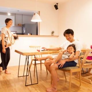 ダイニングテーブルやチェアもシンプルなものを使用し、統一感を大切にしている