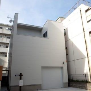 正面の1階のガレージと2階のバルコニーは建物の特徴的なポイントとなっている