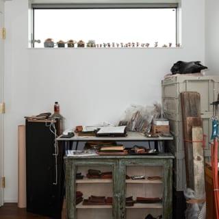 窓際には夫妻のこだわりの品が所狭しと飾られている