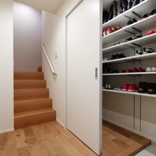 子世帯玄関 /広々とした玄関スペース。ベビーカーも置けるほどの収納力は、お子さんの成長で靴が増えても安心