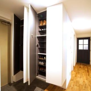 玄関収納は、4人家族全員の靴が十分収納できるスペースを確保