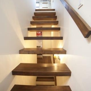 階段はスケルトンを使用したので、風や光が行き来する空間に