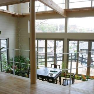 リビング側からの眺め。インナーテラス、三角のデッキを介して、外の景色が一望できる。景色が活きる、大きな吹き抜けは勝田さんの得意分野