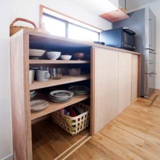 キッチン背面の収納には家族四人分の食器を収納
