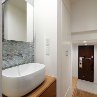 親世帯手洗い場 /廊下に手洗い場を設けることで、お客様やワンちゃんの散歩から帰った際などに、わざわざ洗面所へ行かずとも手が洗える
