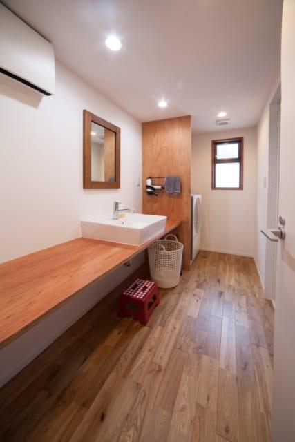 洗濯機を設置している洗面スペースは必要最低限の設備を