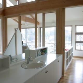 2階の洗面スペース。狭い洗面室をつくるよりも、かえって広々と使うことができる。カウンター下には収納もたっぷり