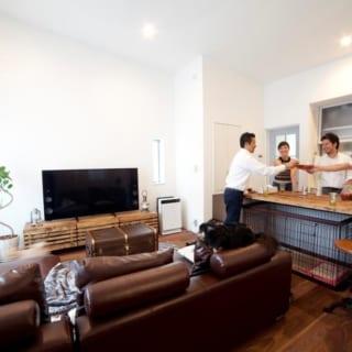 ソファーはもちろん、家の中の家具やインテリアは、夫妻のこだわりの品