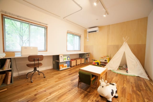 子ども部屋の窓際には将来勉強机として使える作業台を設置