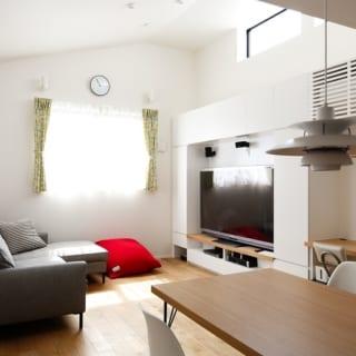 2階 子世帯LDK/白で統一された収納に収まるテレビは、まるで壁の中に埋め込まれたよう。隙間に設けられたデスクスペースは、将来お子さんの勉強スペースにもなりそうだ