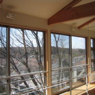 2階の窓辺。歯磨きをしながら見られるのが、この景色。吹き抜けの周りにはキャットウォークをつけて業者をよばなくても、自分で窓ふきができるようにしてある