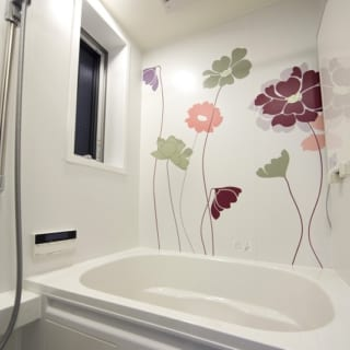殺風景になりがちなバスルームには、大胆な花のあしらいが