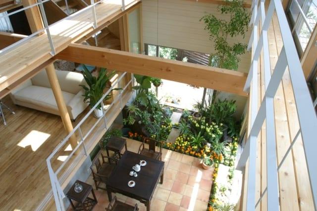 2階の吹き抜け部分から下を見下ろしたところ。インナーテラスと1階のリビングの端が見えていて、階下の家族とコミュニケーションもとれる