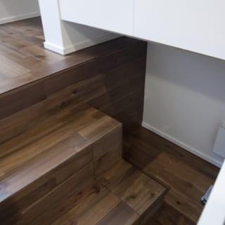 階段下には収納を。狭小だからこその工夫があちらこちらに