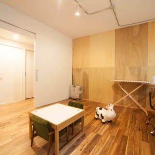 子ども部屋の壁には、趣の異なる合板を互い違いに張り付け、遊び心をくすぐる空間に