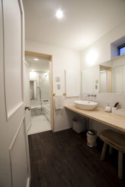 洗面スペースには、二人が同時に身支度できる大きな鏡を設置