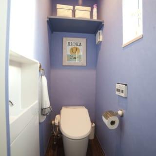 トイレはラベンダー色の壁紙を使用。個性的でありながら、落ち着いた空間に