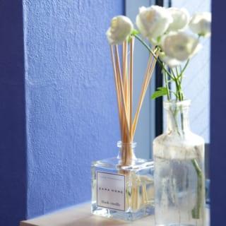 トイレの窓には奥様こだわりの花瓶とアロマデフューザーが置かれている