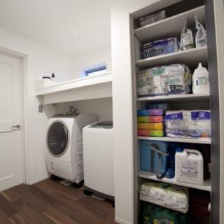 洗濯機ヨコの収納は、大容量。「隠す収納」により空間はすっきり