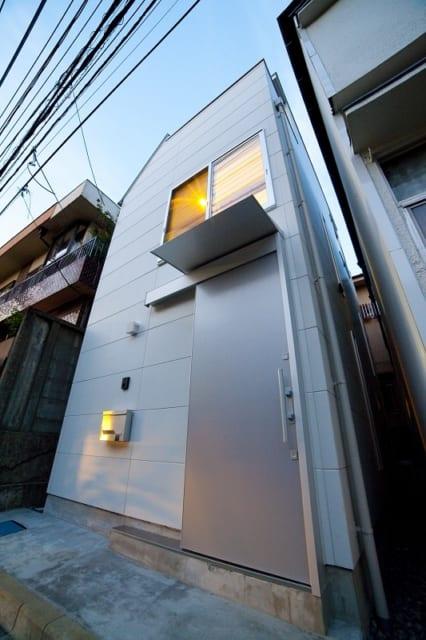 居住空間を広く確保するためエントランスの造りはシンプルに