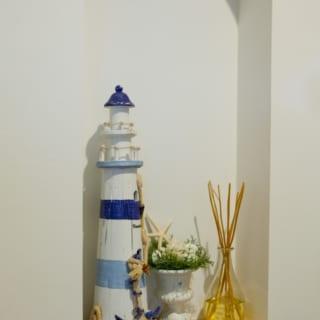 壁の一部に設置した飾り棚。夫妻のコレクションを飾り付けるために設計