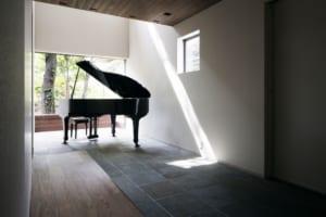 ピアノを楽しみ、お昼寝も。家族をつなぐ吹抜けの広い土間