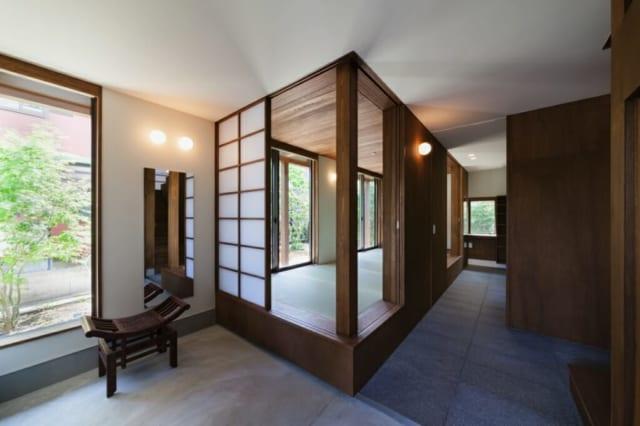 玄関のすぐ隣に配した小上がりの客間は、南側に面しており日当たりがよい。普段は障子を開け放ち、縁側の様に使用する。庭の植栽で隣家からの視線をゆるやかに遮る。