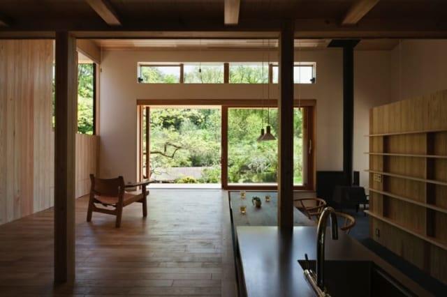キッチン方向から見た南側の大きな木製窓。爽やかな光と風をいっぱい採り込む。