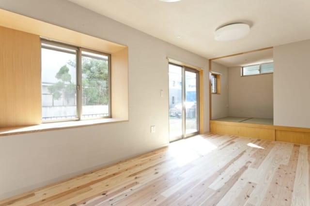 1階リビング・ダイニング/南に位置し、まばゆい自然光が燦々とそそぐ。以前とほぼ同じ間取りながら、国産スギのナチュラルな色合いのむく材で明るく爽やかな印象に。塗り壁は火山灰を利用した白洲そとん。調湿、吸臭効果がある