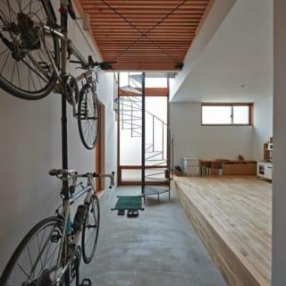 土間/Fさんの要望で作られた土間には趣味の自転車が飾られている。この土間でメンテナンスなどの作業をするイメージで作られた