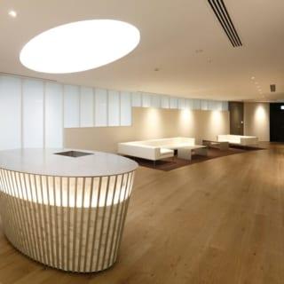 【テクマトリックス社】美術館を思わせる快適なエントランスロビー。十和田石の壁面には絵画や彫刻を設置。