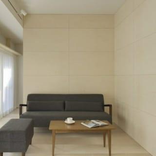 山崎 裕史  リビングスペース: L字型の入隅部にソファを配置。 リビングスペース上部の天井を織り上げ、空間に変化をつけている。