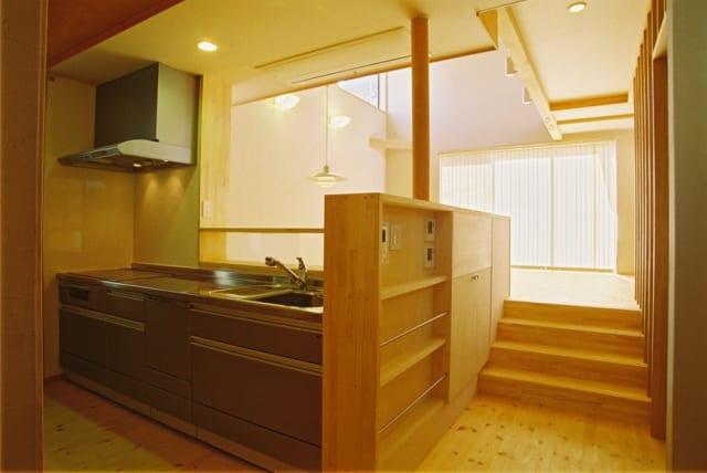2階 キッチン~ダイニングへの階段/キッチンから4段の階段をあがったところがダイニング、リビングになっている。少しずつ床の高さレベルがあがるスキップフロアが、空間の広がりや一体感を生み出す(竣工時撮影)
