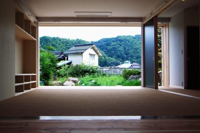 【写真】座敷から南側を望む。ガラスも障子も大きく開けて、庭と山が広がる景色を存分に楽しむことができる