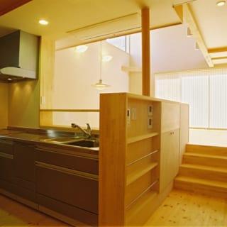 2階 キッチン~ダイニングへの階段/キッチンから4段の階段をあがったところがダイニング、リビングになっている。少しずつ床の高さレベルがあがるスキップフロアが、空間の広がりや一体感を生み出す
