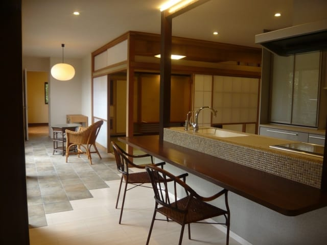 家の中心に配置されたオープンキッチン。構造の一部になっている既存の鉄筋をうまくデザインとして取り込み、より印象的な場所に仕上がった。