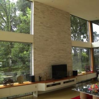 2階のダイニングは、開放感をより高めるため勾配天井に。窓の取り方もひと工夫している。北側の縦窓は意匠的な採光窓に、東側の横窓はパノラマとする一方、見えない風景の広がりをも想像できるための演出として、あえてサイズダウンした。