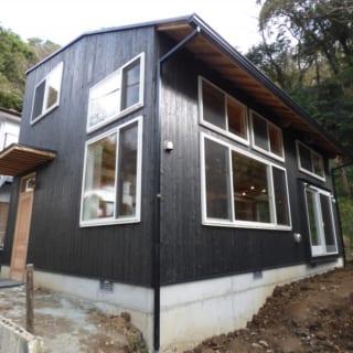 外観/天井が低い方はリビングとして1階部分のみ、高い方は2階建てとして2層分使える造り。「外壁は防腐性、難燃性にすぐれた焼杉板を使いました。あえて表面の炭を落とす加工をしなかったことで費用も抑えられましたし、シックで個性的な外観になりました」と市川さん