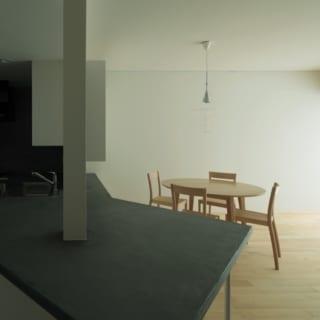 キッチンカウンター/シンプルシックなモルタル仕上げのキッチンカウンター。「火からおろしたばかりのお鍋などもそのまま置けて、鍋敷き要らず。とても便利で使いやすいです」と奥さま