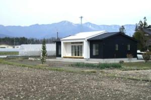 田園風景に突如現れるモダンな平屋は、室内にも新しいLDK提案
