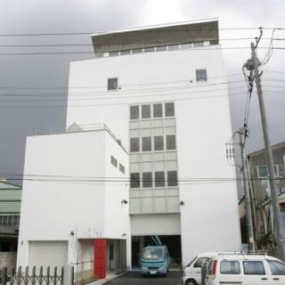 外観/施主さまの自宅は6階建てビルの最上階。1階、2階は施主さまが経営するアパレル企業の配送センター、3階は製造工場。4階以上がプライベートスペースで、4階は施主さまの趣味である写真の撮影スタジオ、5階はアトリエ、純粋な住空間は6階にある