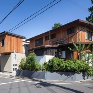 2階の個室部分は、手前の母家と同じ木の外装に。個室の影がうつっているのが、渡辺明さん設計のW-HOUSE