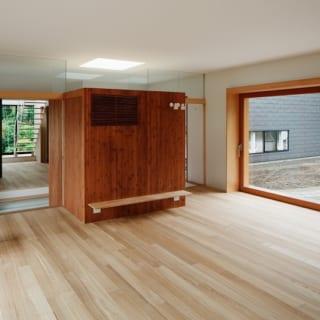 大勢集まれるメインのLDK。玄関土間にある収納は仏壇や靴の収納を兼ねた多機能なボックス。リビング側にはテレビボードもついている