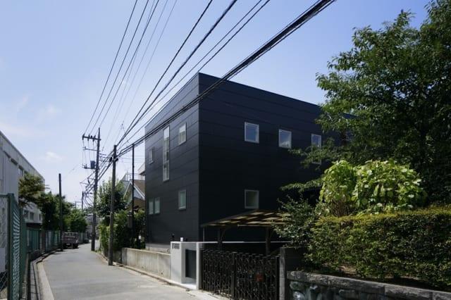 外観/住宅街の風景に馴染みつつも、存在感のある外観。密集地であるためプライバシーに配慮しており一見閉鎖的に見えるが、中に入ると開放的な空間が広がっている。建物の手前を奥へ入っていくと玄関がある