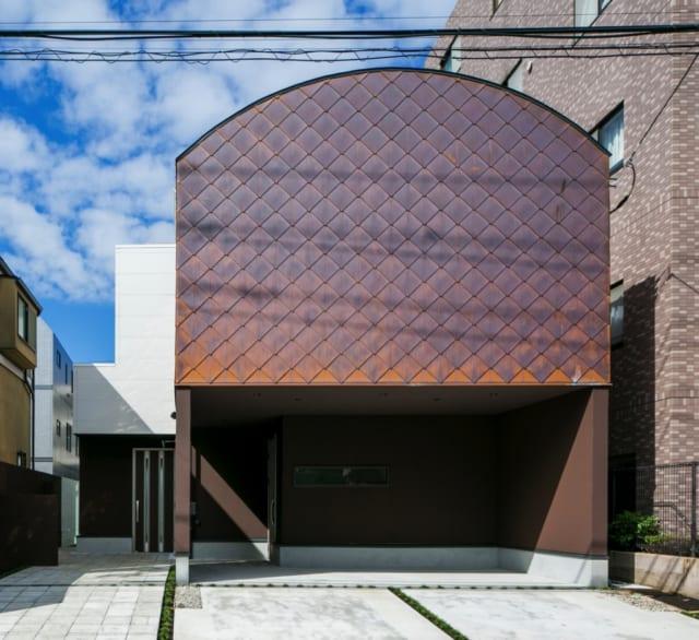 住宅の正面は銅版が菱葺きされ、一見住宅とは思えないどっしりと落ち着いた雰囲気