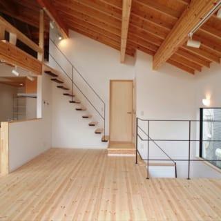 建材は施主と実際にサンプルを見て希望のものを一緒に選ぶ。床には手触りのよい赤松の無垢材を敷き詰めた