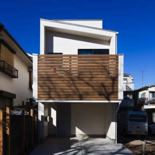 桜並木側から望むKさん邸の外観。鉄筋コンクリート造などで用いられるラーメン構造を木造にとり入れたSE構法を採用しているため、安心感のある家となっている